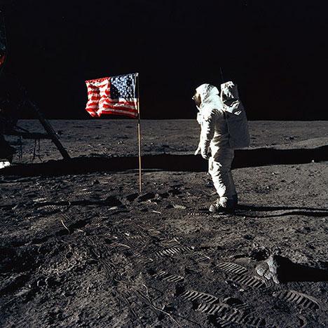 468-09-Buzz-aldrin-us-flag