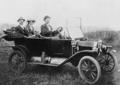 1913 Model T Ford takes a couple off on their honeymoon